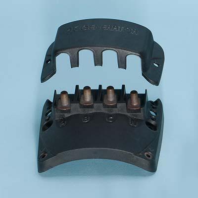 Bornier électrique de connexion avec surmoulage d'inserts en cuivre.