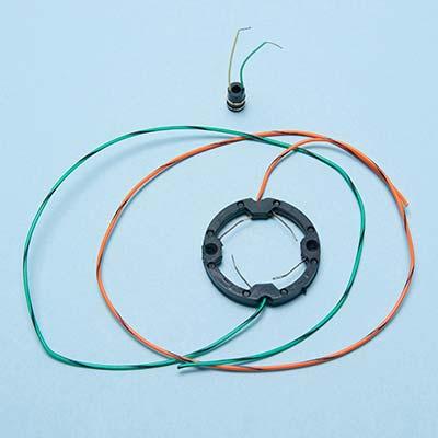 Couronne porte-balais en Araldite avec surmoulage de fils électriques.